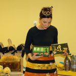 Agnieszka na modelach uwidacznia różnice i podobieństwa pszczół i mrówek