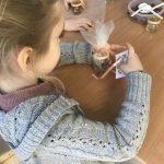 Przyrządzanie przez dzieci miodowej słodyczy miodu z bakaliami