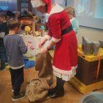 Dziecko odbiera prezent od Mikołajki